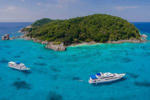 Liveaboard-boats-at-the-similan-islands-Asiaqua